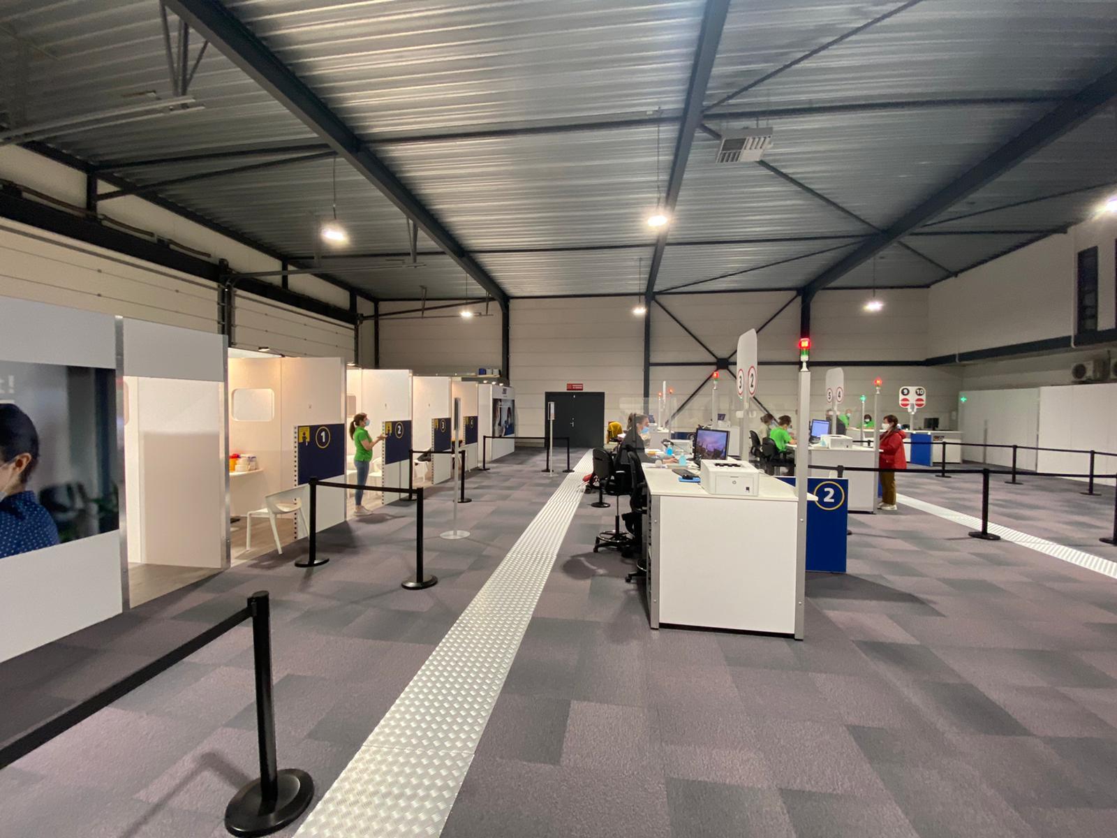 Hangar van Breda Airport gevuld met prikposten voor coronavaccinatie